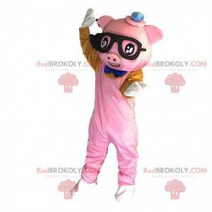 Maskot prasete oblečený v růžové barvě s brýlemi -