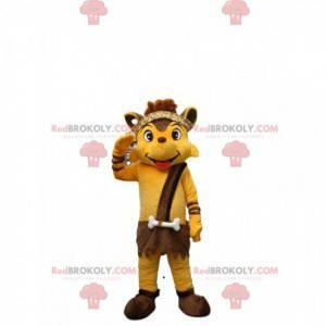 Mascote raposa amarela vestida com roupa de Cro-Magnon -