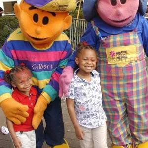 2 mascotte: una ragazza rosa e un bambino arancione -