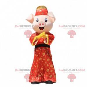 Schweinemaskottchen in einem traditionellen asiatischen Outfit