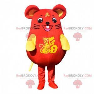 Mascote do rato vermelho e amarelo muito sorridente. Traje