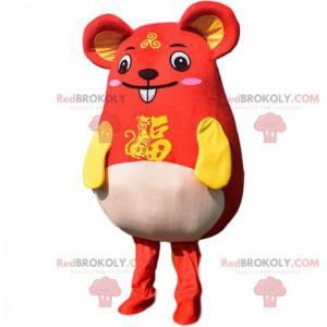 Mascota de ratón rojo y amarillo muy divertida. Traje asiático