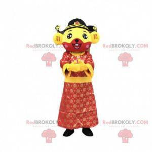Gele en rode muismascotte gekleed in een Aziatische tuniek -