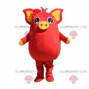 Mascota de cerdo rojo y amarillo, regordeta y entretenida. -