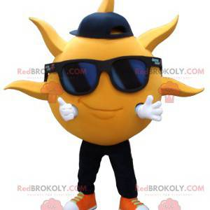 Maskot v podobě žlutého slunce se slunečními brýlemi -