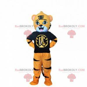 Fato de tigre laranja, preto e branco com uma camiseta preta -