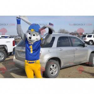 Mascota de conejo gris y blanco en traje azul y amarillo -