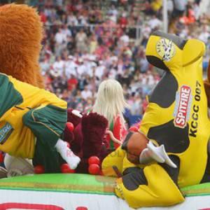2 mascottes: een eekhoorn en een oranje vos - Redbrokoly.com