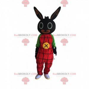 Mascote coelho preto com macacão vermelho, fantasia de pelúcia