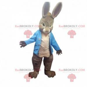 Maskot hnědého králíka s velkýma ušima s modrou vestou -