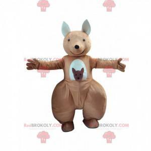 Mascote canguru marrom e branco com um bebê no bolso -