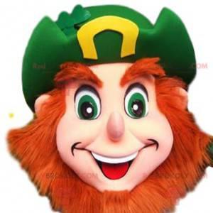Bearded munter leprechaun maskot med sin grønne hat -