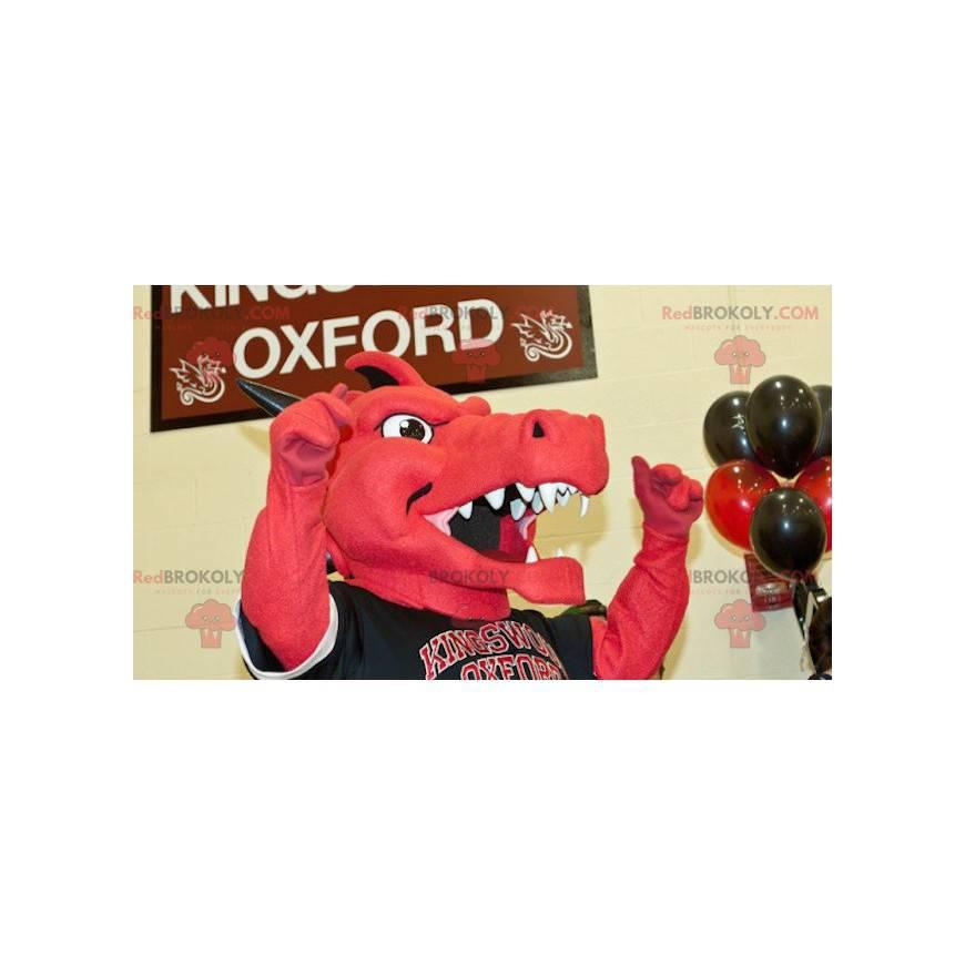 Rotes und schwarzes Drachenmaskottchen in Sportbekleidung -