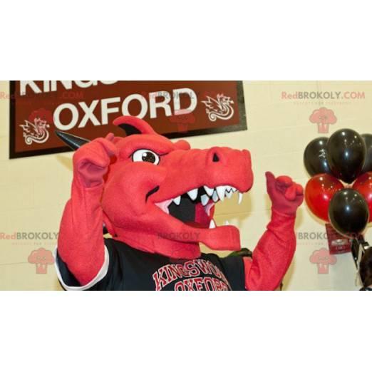 Červený a černý drak maskot ve sportovním oblečení -