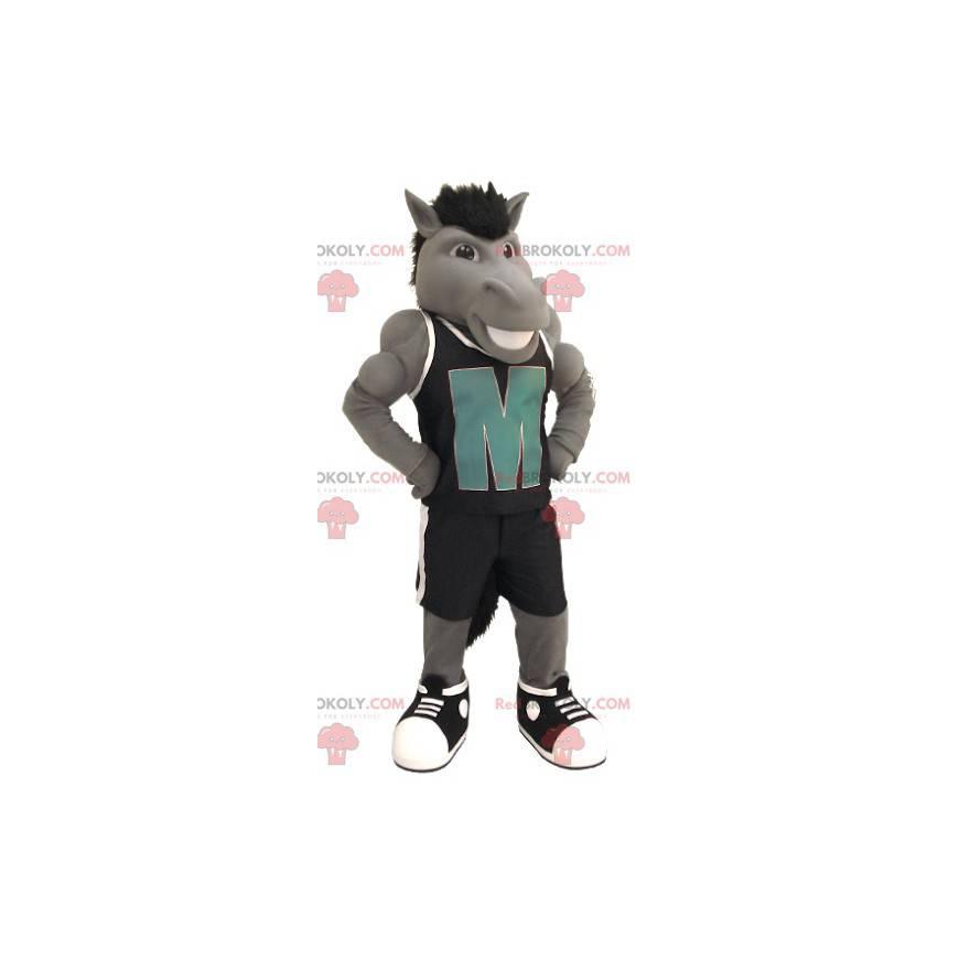 Graues Pferdemaskottchen mit schwarzer Sportbekleidung -