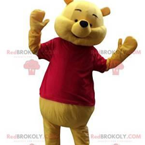 Mascote do ursinho Pooh feliz com sua camiseta vermelha -