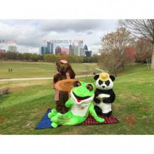 3 mascotes: um urso marrom, um panda e uma rã verde -