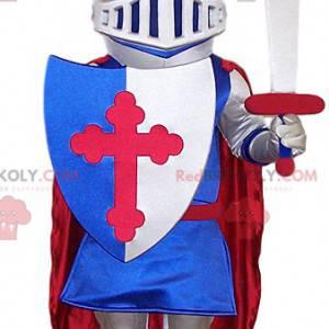 Mascote do cavaleiro com seu escudo. Traje de cavaleiro -