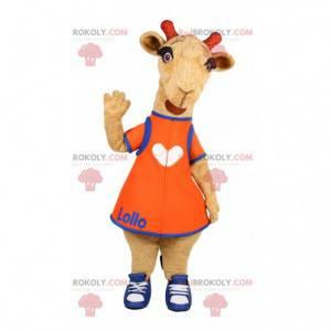 Kleines Giraffenmaskottchen mit einem orangefarbenen Kleid -