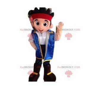 Menino mascote com uma jaqueta azul e uma faixa vermelha na