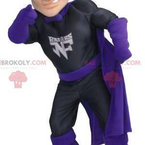 Mascota de superhéroe Zorro en traje negro y morado -