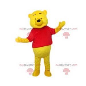 Mascote do ursinho Pooh, o Pooh com uma camiseta vermelha -