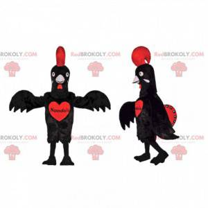 Schwarzes Hühnermaskottchen mit einem schönen roten Wappen -