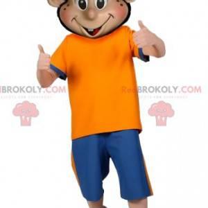 Mascotte del ragazzo in abiti sportivi con un berretto -