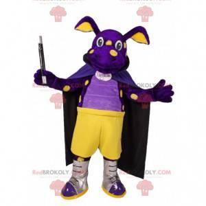 Mascotte maiale viola con un mantello e una bacchetta magica -