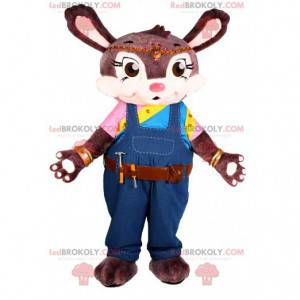 Brązowy królik maskotka z niebieskim kombinezonem. -