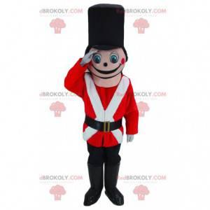 Mascote do soldado rosa vestido de vermelho, branco e preto -