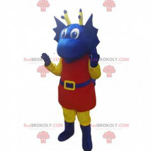 Blaues Drachenmaskottchen im roten Outfit. Blaues Drachenkostüm