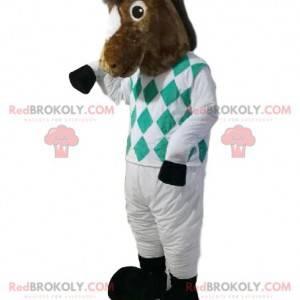 Hnědý kůň maskot v žokejové oblečení. Kůň kostým -