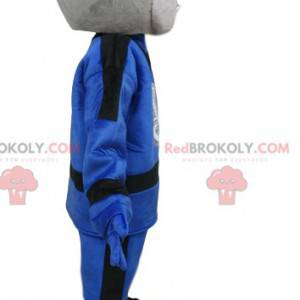 Graues Schlangenmaskottchen im blauen Outfit. Schlangenkostüm -