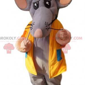 Mascotte topo grigio con una giacca gialla e uno zaino -