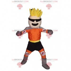 Maskotka blondyn w pomarańczowej i czarnej odzieży sportowej. -