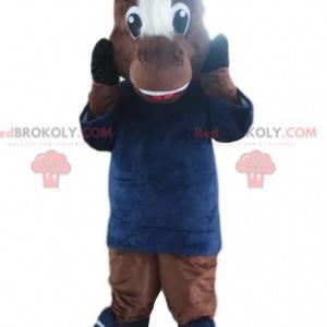 Maskot hnědého koně s modrým kloboukem a dresem. -