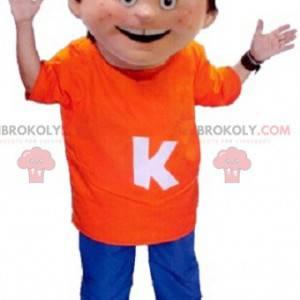 Liten gutt maskot iført en oransje og blå antrekk -