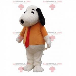 Mascote Snoopy com uma camiseta laranja e uma gravata vermelha.