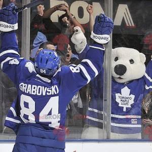 Maskotka niedźwiedź polarny w stroju do hokeja - Redbrokoly.com