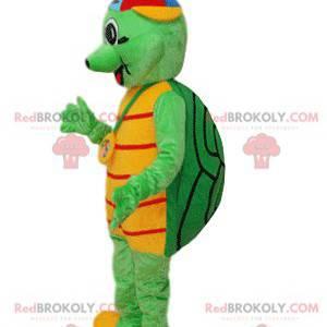 Grünes Schildkrötenmaskottchen mit einer mehrfarbigen Kappe -