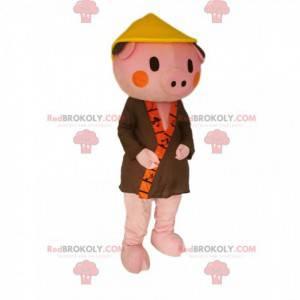 Lyserød grisk maskot med en khaki-badekåbe og en kinesisk hat -