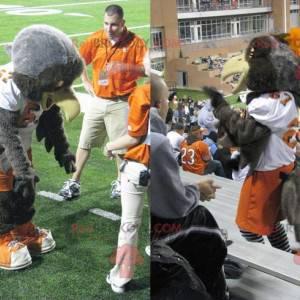 Mascota águila gris en ropa deportiva naranja y blanca -