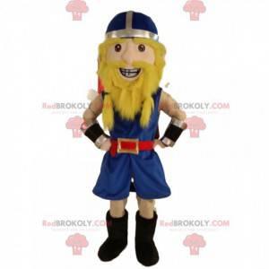 Feliz mascota guerrera vikinga, con un casco azul -