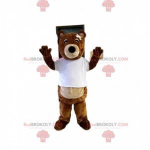 Brun bjørnemaskot med for kort t-skjorte og bandasje -