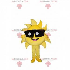 Sehr fröhliches Sonnenmaskottchen mit Sonnenbrille. -