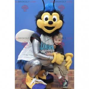 Mascotte mosca blu e nera in abbigliamento sportivo -