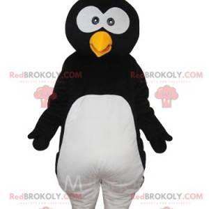 Divertente mascotte del pinguino con un soffio sulla testa -