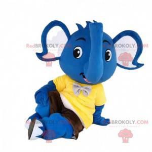 Modrý sloní maskot se žlutým tričkem a hnědými šortkami -