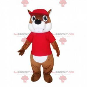 Mascota de castor con una camiseta roja y una gorra. -
